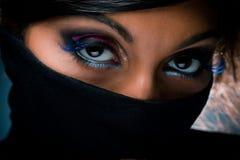 Verticale de femme avec le renivellement multicolore image libre de droits