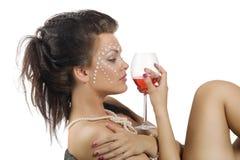 Verticale de femme avec le vin rouge Photo stock