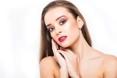 Verticale de femme de beauté Maquillage professionnel pour la brune avec des yeux bleus - rouge à lèvres rouge, yeux fumeux Belle Photographie stock libre de droits