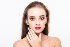 Verticale de femme de beauté Maquillage professionnel pour la brune avec des yeux bleus - rouge à lèvres rouge, yeux fumeux Belle Image stock