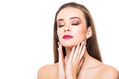 Verticale de femme de beauté Maquillage professionnel pour la brune avec des yeux bleus - rouge à lèvres rouge, yeux fumeux Belle Photo stock