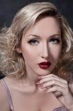 Verticale de femme blonde Photographie stock libre de droits