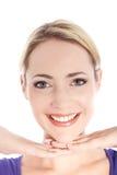 Verticale de femme blonde de sourire sur le blanc Image stock