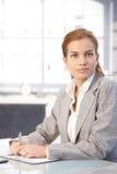 Verticale de femme d'affaires attirante dans le bureau Photographie stock libre de droits