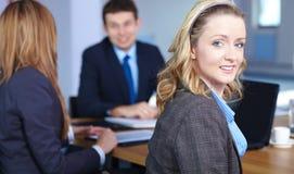 Verticale de femme d'affaires blonde, au cours du contact Photos stock