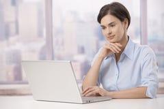 Verticale de femme d'affaires dans le bureau Photographie stock