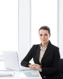 Verticale de femme d'affaires dans le bureau Photo libre de droits