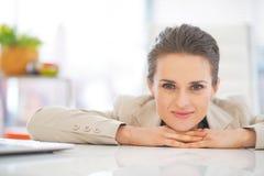 Verticale de femme d'affaires dans le bureau Photos libres de droits