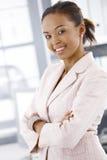 Verticale de femme d'affaires gaie photographie stock