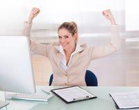 Verticale de femme d'affaires heureuse Photos libres de droits