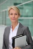 Verticale de femme d'affaires mûre Images stock