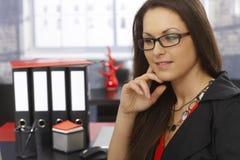 Verticale de femme d'affaires pensante Photographie stock libre de droits