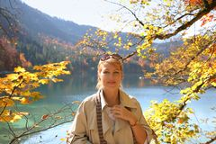Verticale de femme d'automne photographie stock libre de droits