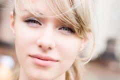 Verticale de femme dans des couleurs douces lumineuses Images libres de droits