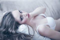 Verticale de femme dans la lingerie Images libres de droits