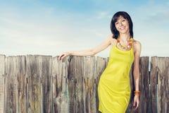 Verticale de femme dans la robe jaune Image stock