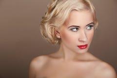 Verticale de femme de beauté avec le cheveu blond ondulé Image libre de droits
