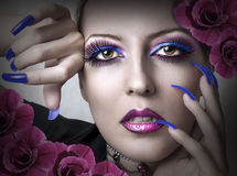 Verticale de femme de beauté avec le renivellement de mode photographie stock