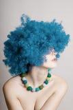 Verticale de femme de beauté dans une perruque bleue Photo libre de droits