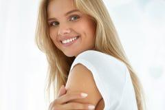 Verticale de femme de beauté Fille avec le beau sourire de visage image stock