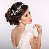 Verticale de femme de beauté la belle coiffure mignonne verrouille le mariage modèle de profil de verticale Beau brid de mode Photo libre de droits
