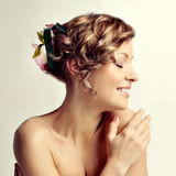 Verticale de femme de beauté, coiffure avec des fleurs Photographie stock libre de droits