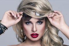 Verticale de femme de blonde de beautyl photos libres de droits