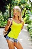 Verticale de femme de mode Jeune modèle femelle extérieur Photos libres de droits