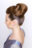 Verticale de femme de mode jeune robe de soirée argentée de port modèle Vue arrière de coiffure Images stock