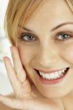 Verticale de femme de sourire blonde images stock