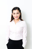 Verticale de femme de sourire d'affaires, d'isolement sur le fond blanc photographie stock libre de droits