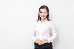 Verticale de femme de sourire d'affaires, d'isolement sur le fond blanc photos libres de droits