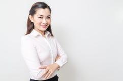 Verticale de femme de sourire d'affaires, d'isolement sur le fond blanc photo stock