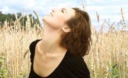 Verticale de femme de sourire dans le domaine d'or Images libres de droits