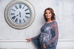 Verticale de femme enceinte images stock