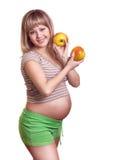 Verticale de femme enceinte avec la pomme dans des mains photos libres de droits
