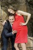 Verticale de femme enceinte de couples photographie stock