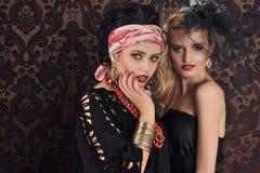Verticale de femme et de poupée magnifiques de beauté photographie stock