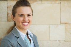 Verticale de femme heureuse d'affaires Image libre de droits