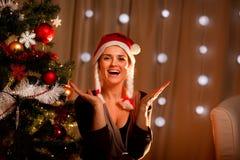 Verticale de femme heureuse près d'arbre de Noël Images stock