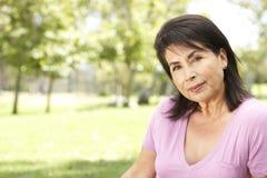 Verticale de femme hispanique aîné en stationnement Photos libres de droits