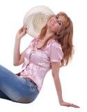 Verticale de femme mûr souriant dans des jeans avec le chapeau photos libres de droits