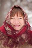 Verticale de femme mûre dans le babushka photo stock