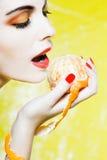 Verticale de femme mangeant une mandarine de mandarine Images libres de droits