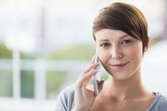 Verticale de femme parlant au téléphone Image stock