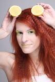 Verticale de femme redhaired avec le citron Photographie stock