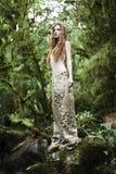 Verticale de femme romantique dans la forêt de féerie Photo stock