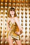 Verticale de femme sexy en robe et glaces courtes photo libre de droits