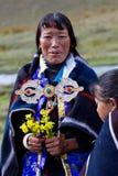 Verticale de femme tibétaine dans des vêtements nationaux Photos stock