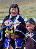 Verticale de femme tibétaine dans des vêtements nationaux Photographie stock